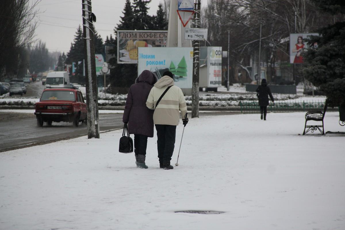 Не торопитесь, под ногами мокрый снег, скользко!