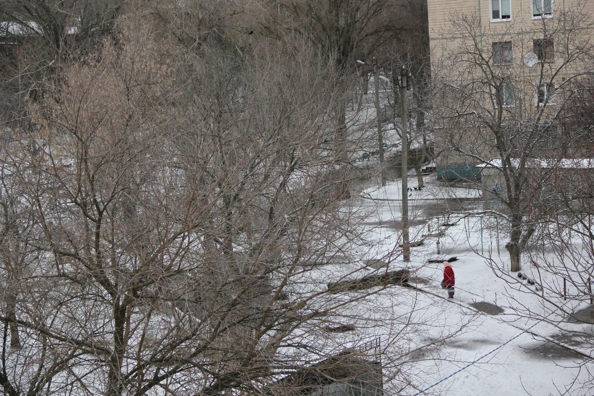 Город припорошило снегом