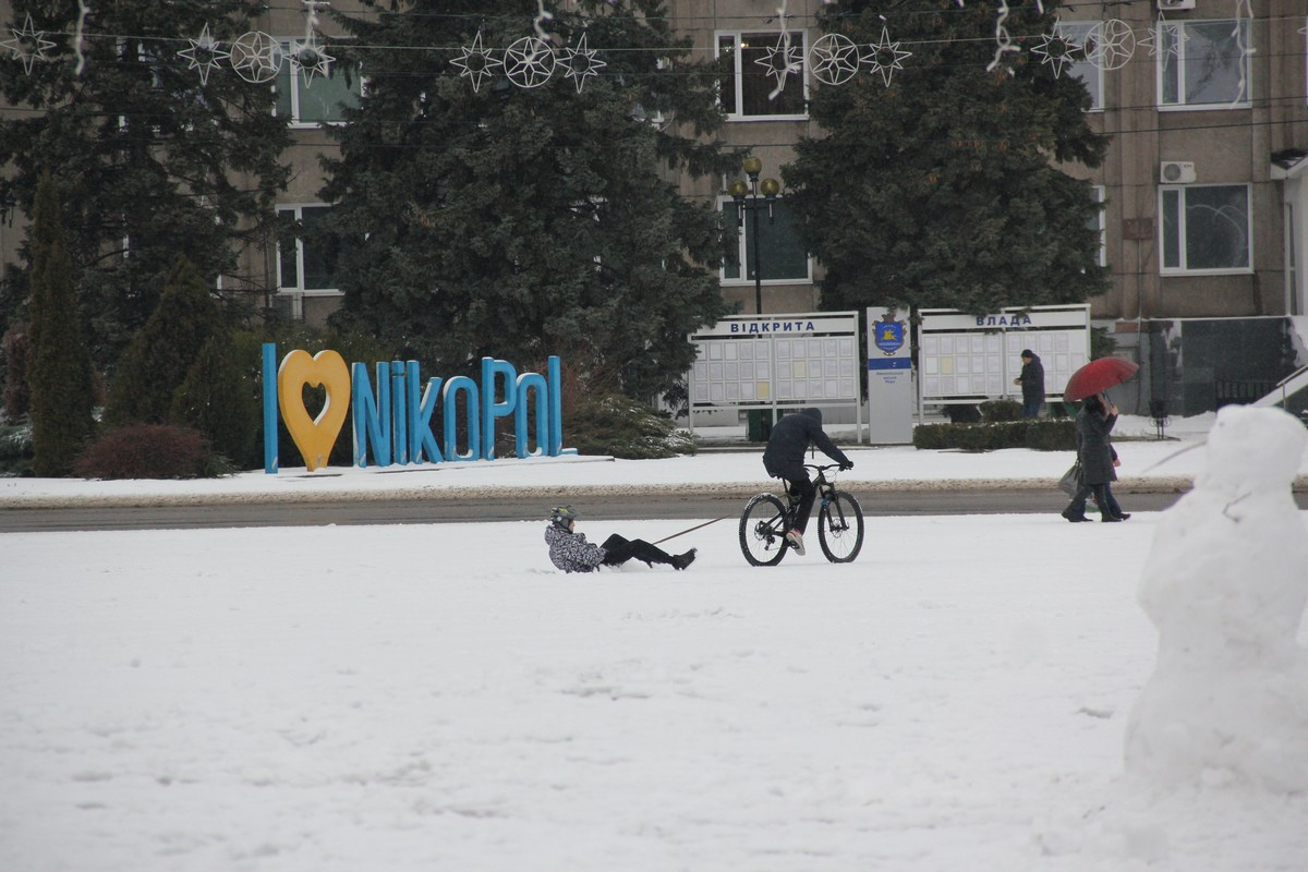 Снег, велики, зонт, санки - все в один зимний день