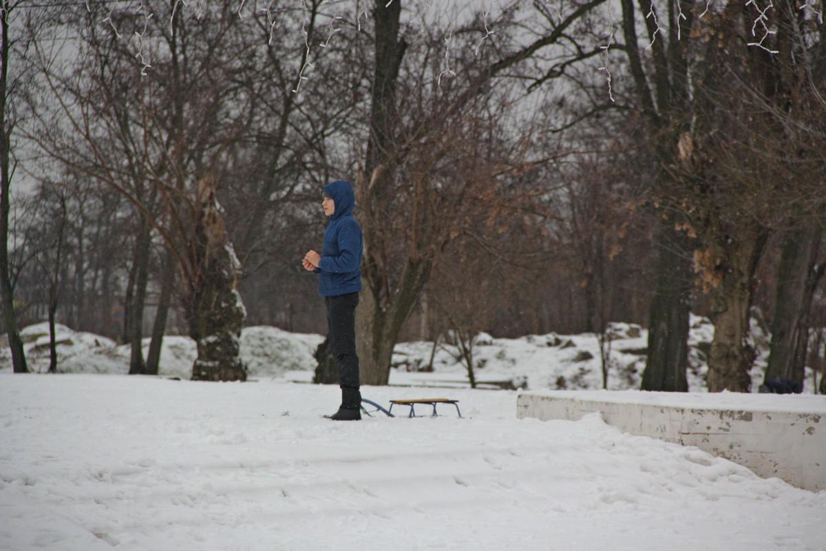 Ребенок с санками - редкий кадр ушедшей зимы