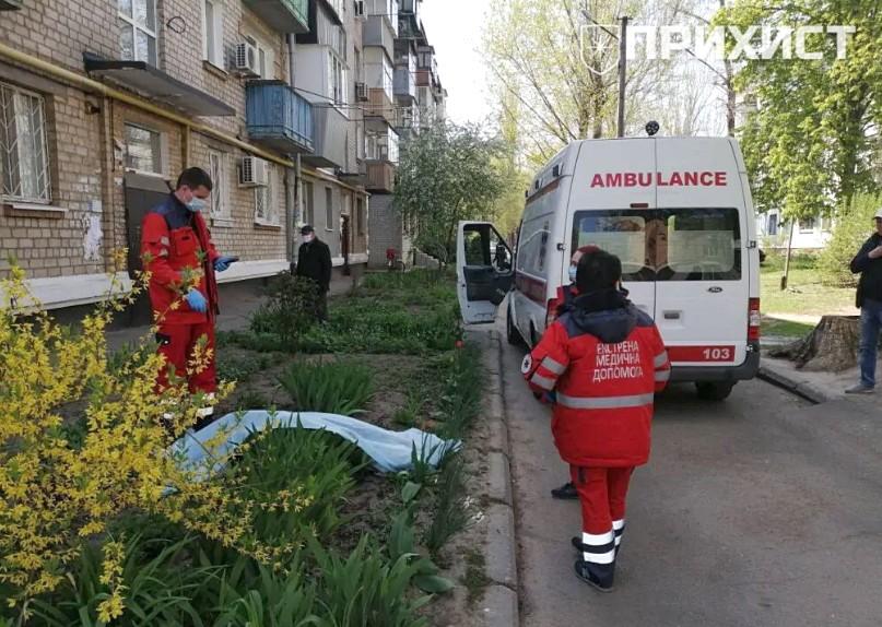 В Никополе из окна пятого этажа выпала 75-летняя женщина