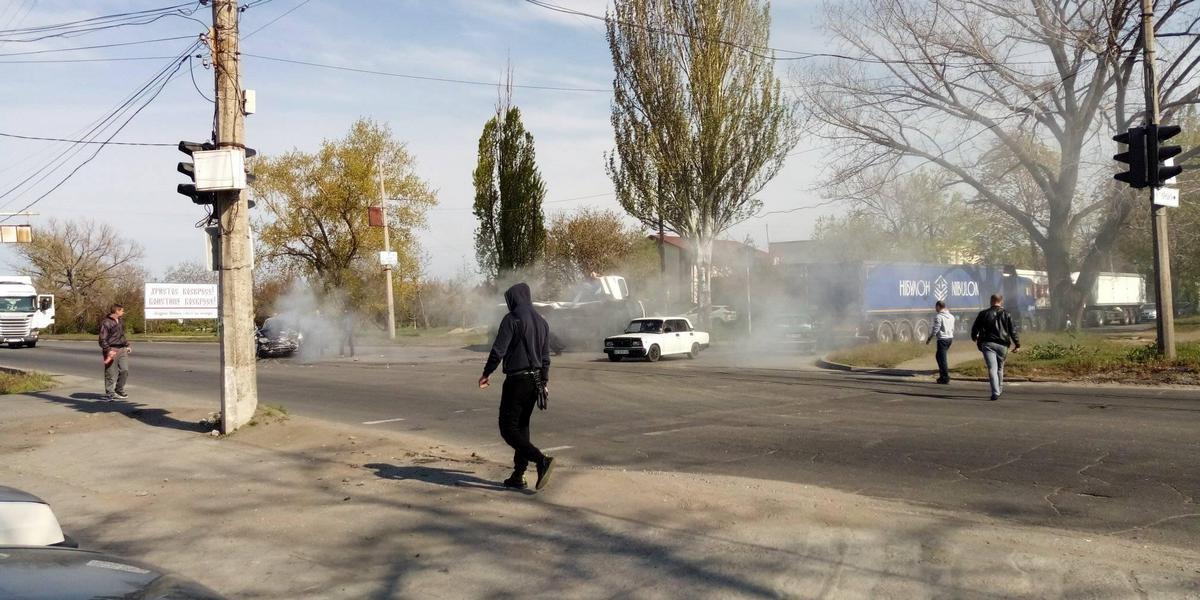 В Никополе на пересечении двух улиц столкнулись микроавтобус и ВАЗ-2110