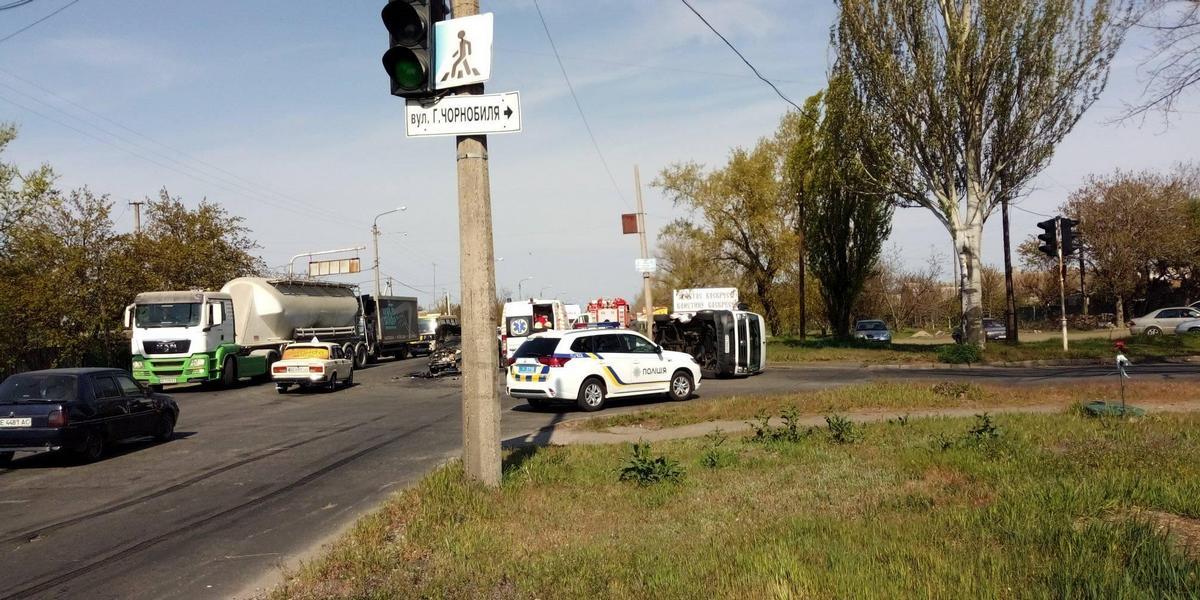 """На место происшествия прибыли пожарные, полицейские и """"карета"""" скорой помощи"""