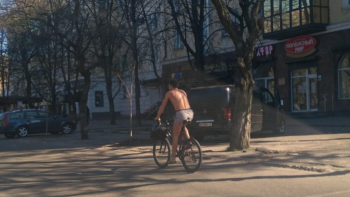 Голий велосипедист їздить вулицями Нікополя - фото