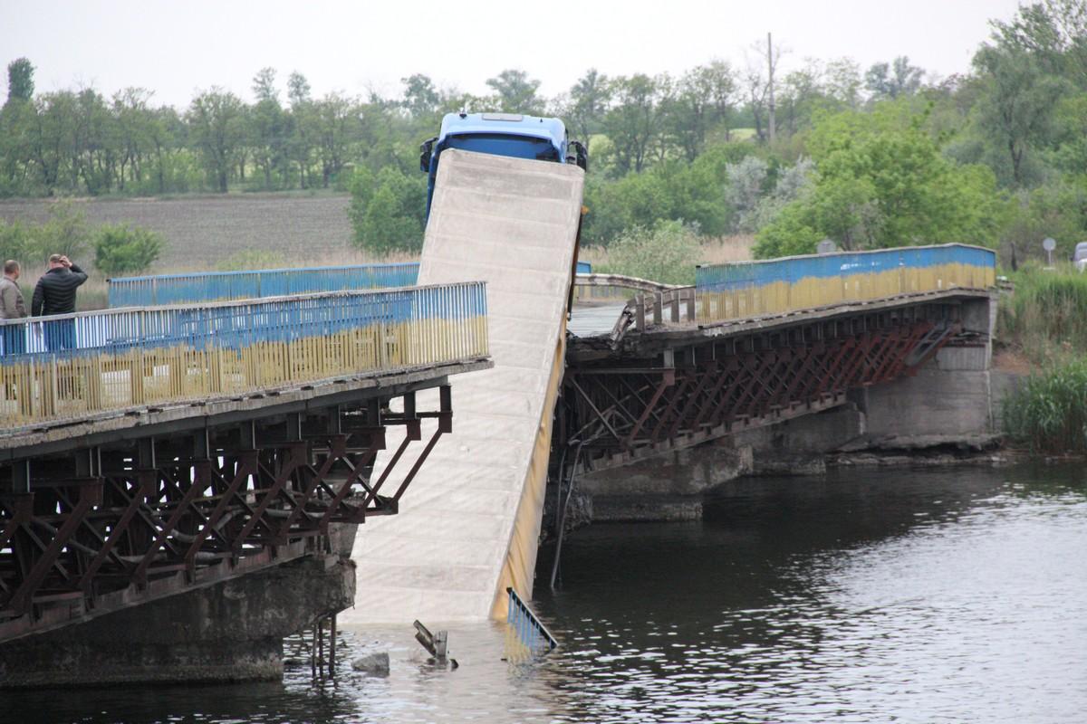 Авария случиласьв момент, когда по мосту проезжала фура