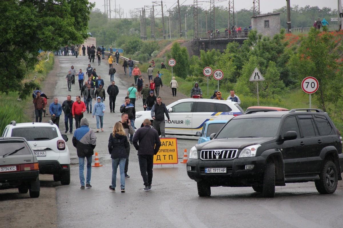 Местные жители идут посмотреть на разрушенный мост