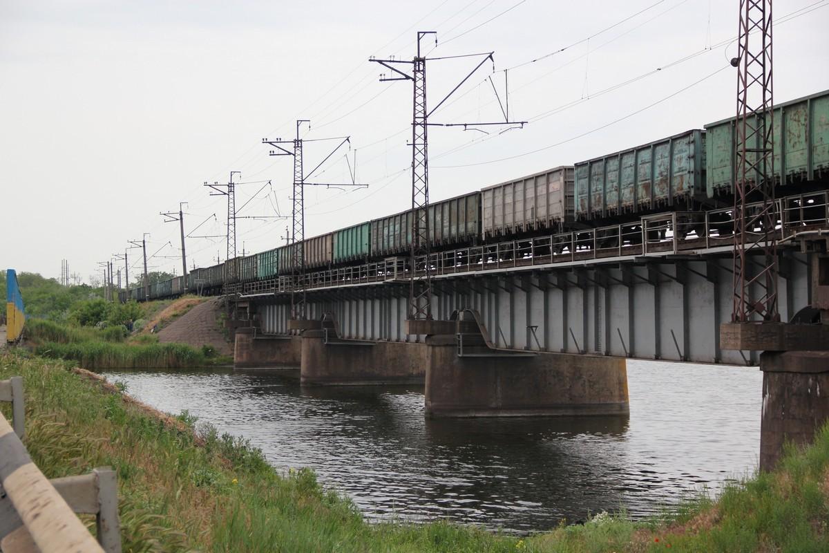 Возле Алексеевского моста проходит железнодорожный мост