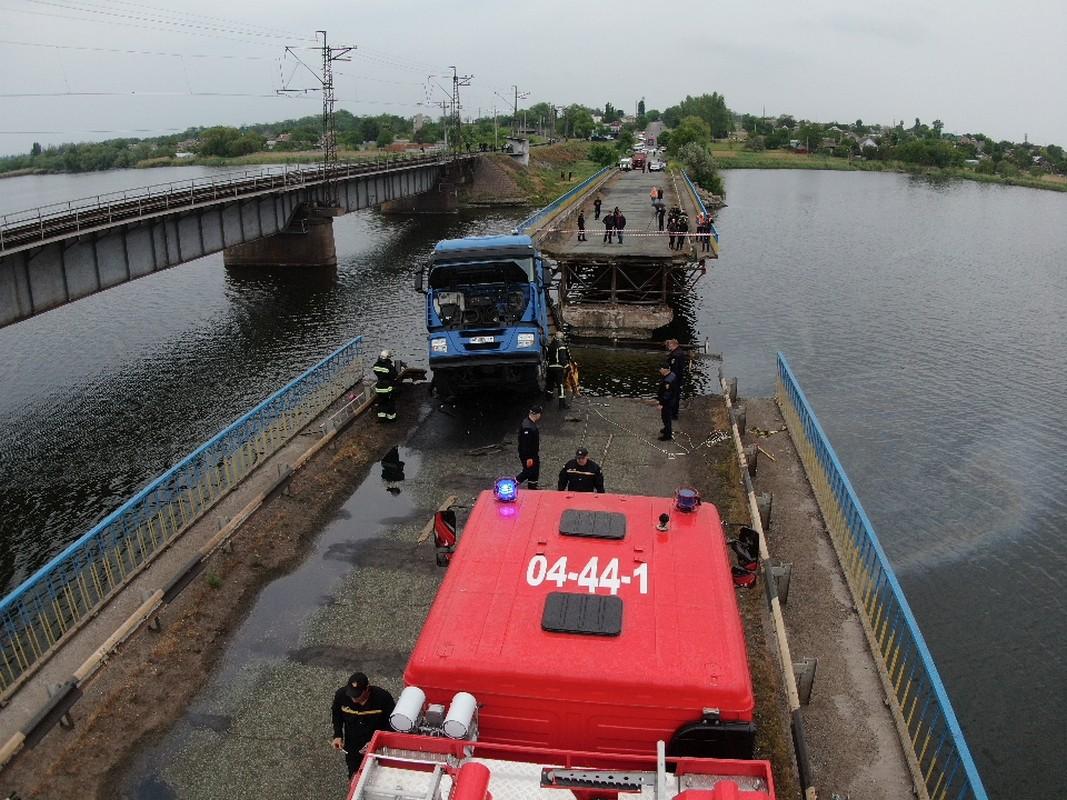 По факту обрушения моста под Никополем полиция открыла три уголовных дела