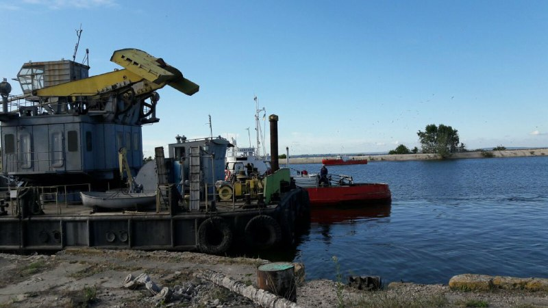 Фуру на разрушенном мосту будут разгружать плавучим краном
