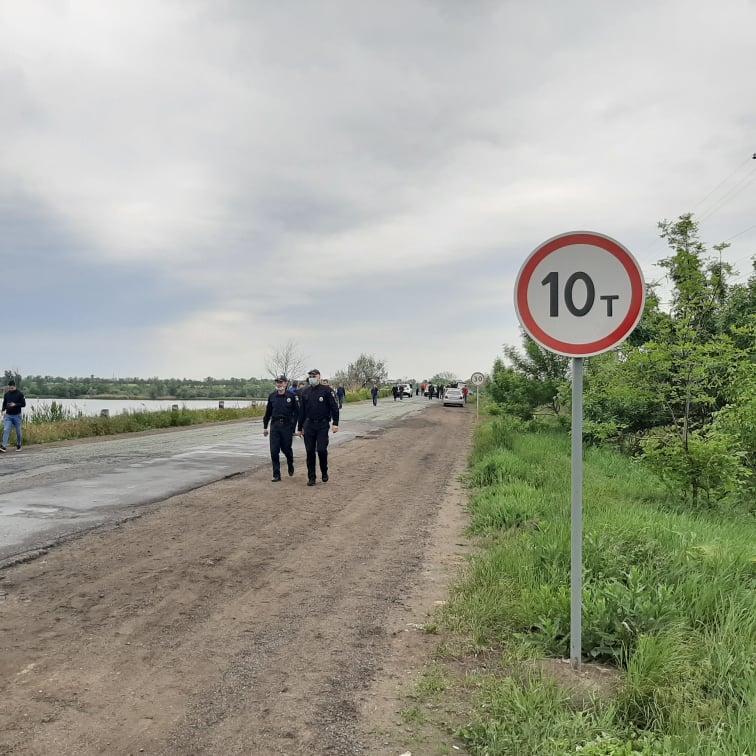 На мосту запрещено движение грузовых автомобилей 10 тонн