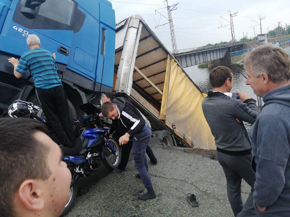 Неравнодушные жители кинулись на помощь водителю фуры