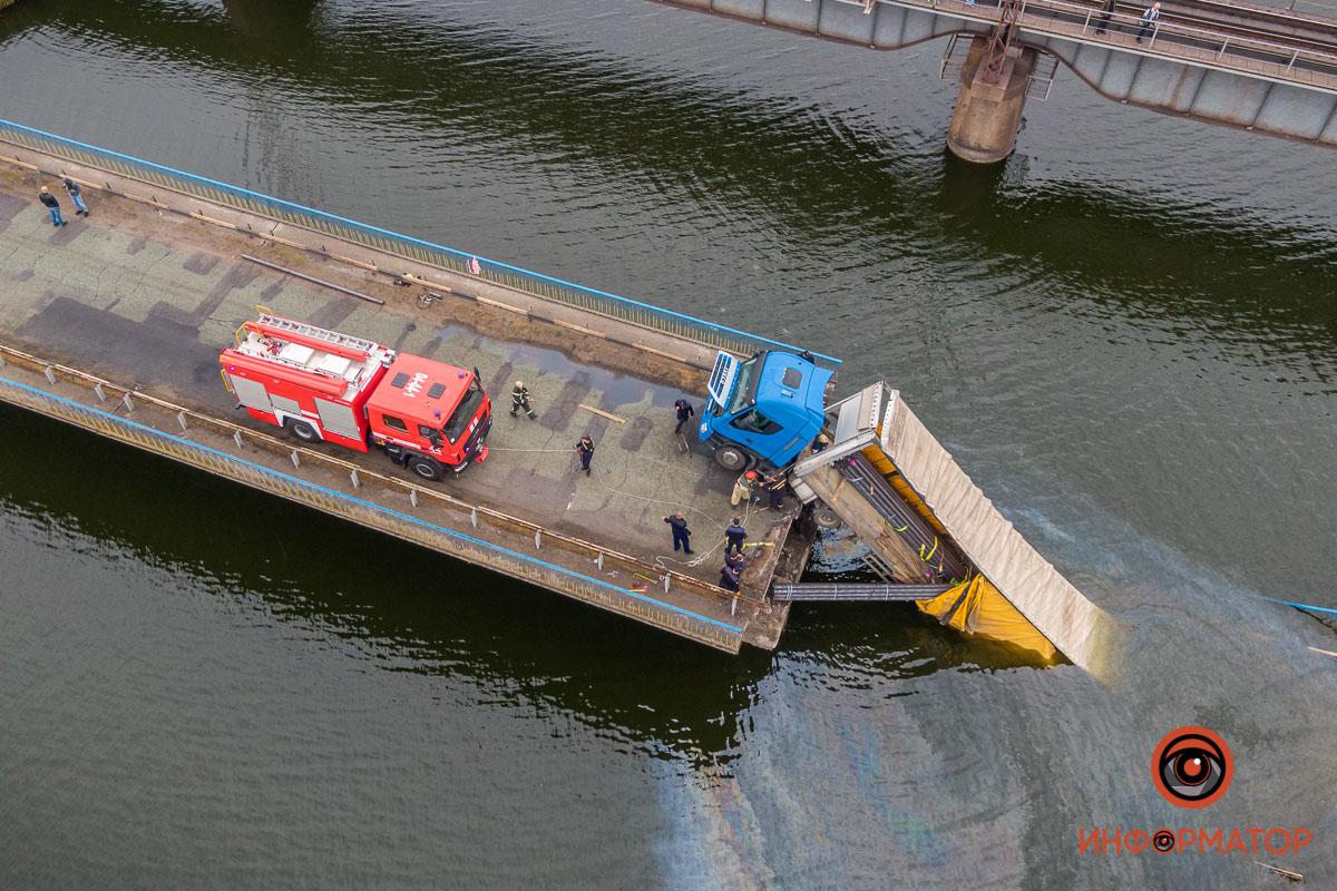 Основная работа по разгрузки фуры легла на спасателей