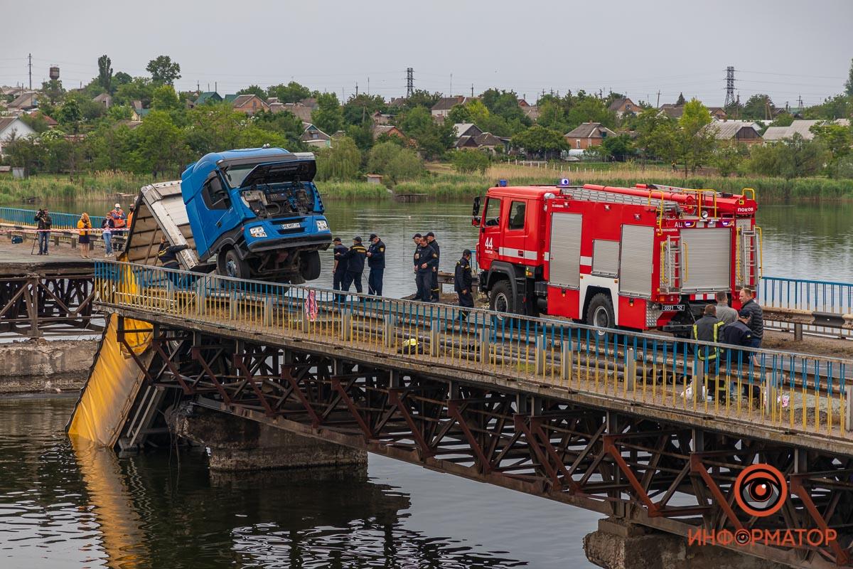 Спасатели Никополя и Покрова вручную разгружали провалившуюся фуру