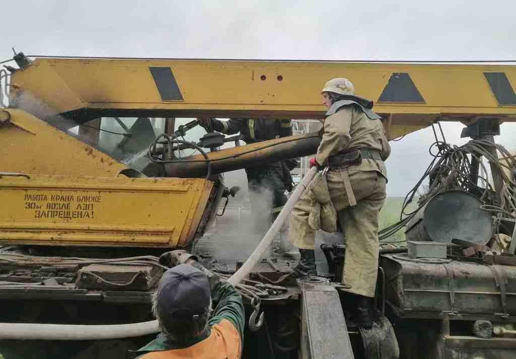 Спасатели из Покрова тушили автокран