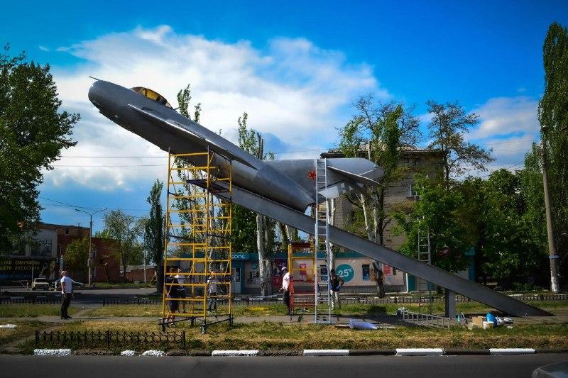 Команда БФ «Будущее Никопольщины» обновила памятник воинам-авиаторам