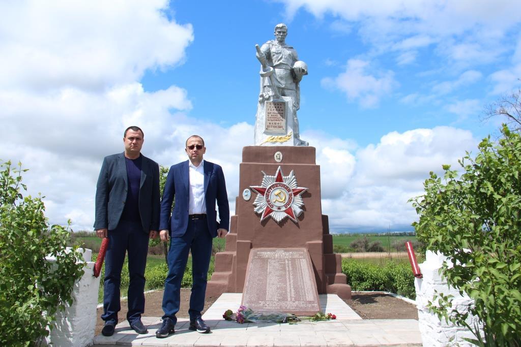 Юрий Мацко и Геннадий Гуфман возле братской могилы