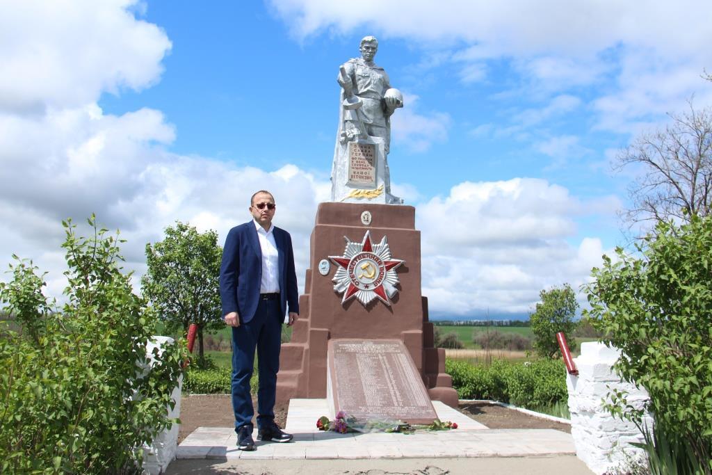 Геннадий Гуфман посетил братскую могилу