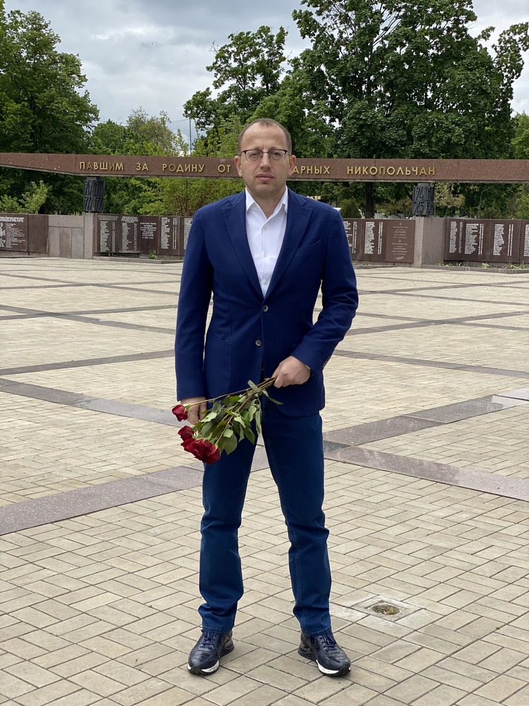 """Возле мемориала """"Вечная слава"""" в Никополе"""