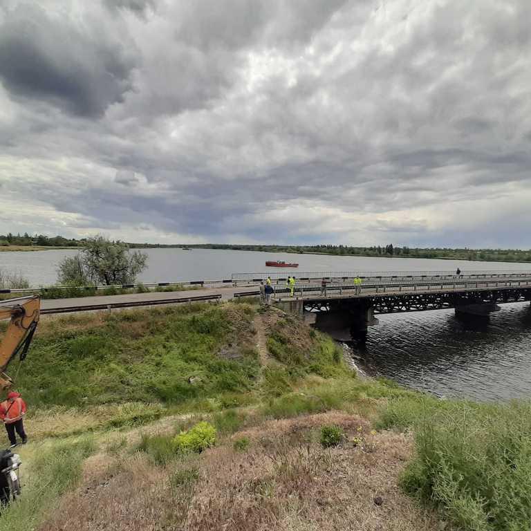 К разрушенному мосту пришел плавучий кран