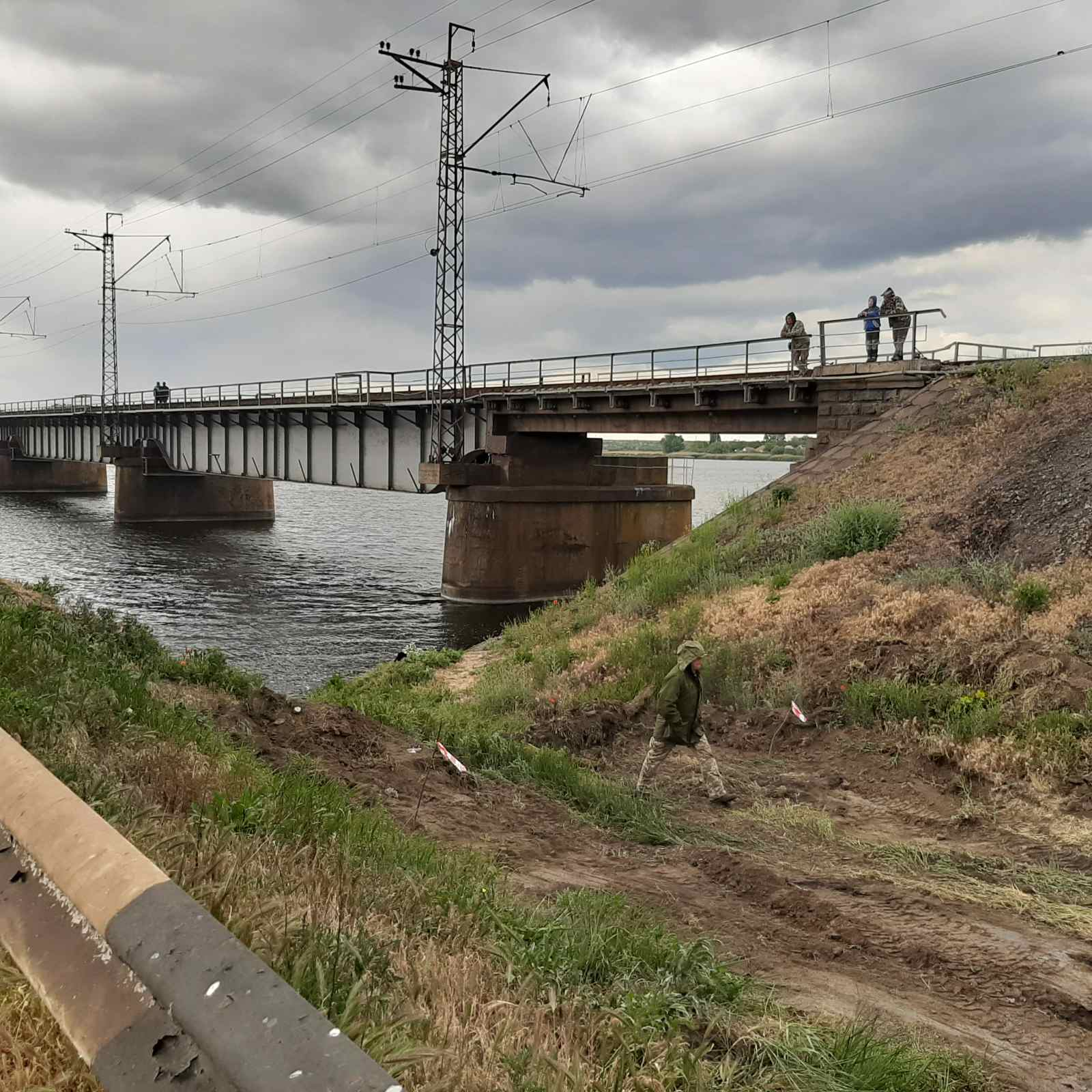 Возле разрушенного моста под Никополем строят понтонную переправу