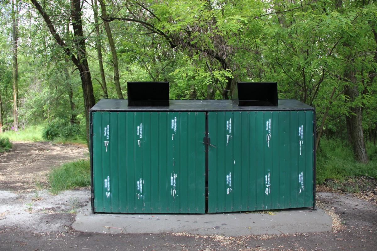 На территории кладбища установили мусорные контейнеры