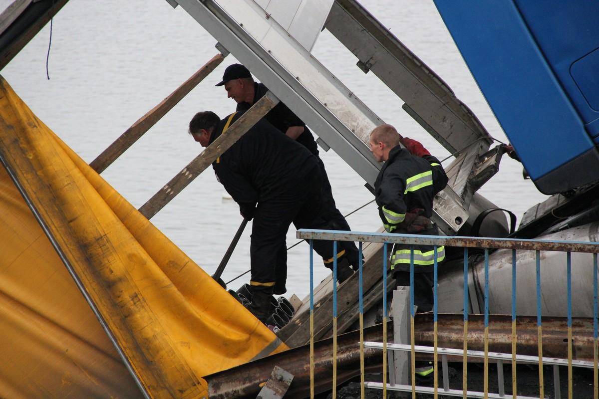 Спасатели стропят трубы в прицепе провалившейся фуры