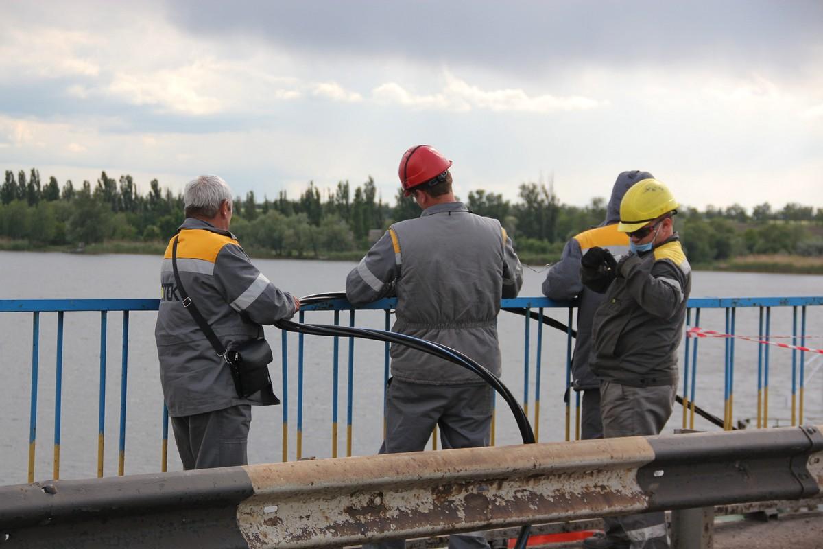 Энергетики обесточили ЛЭП и опустили под воду, чтобы прошел плавкран