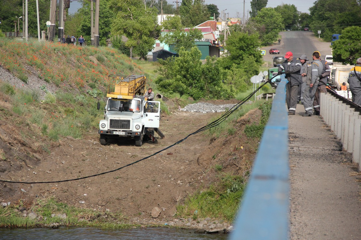 Энергетики прокладовали кабель, чтобы подключить плавучий кран