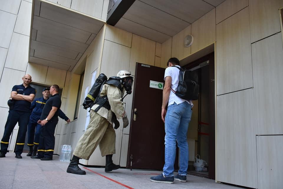 Спасатели из Никополя соревновались на скоростной подъем по лестничной клетке на 26 этаж