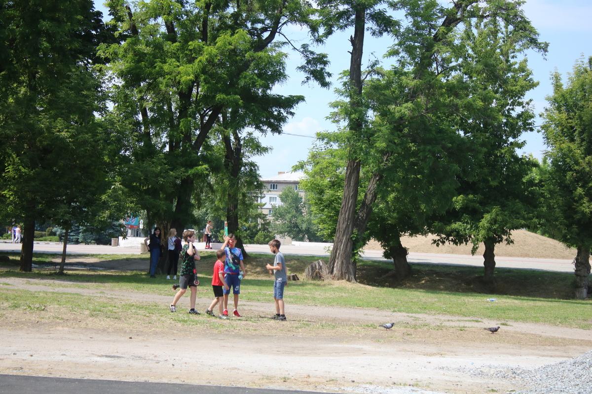 Спортивная площадка находится за краеведческим музеем