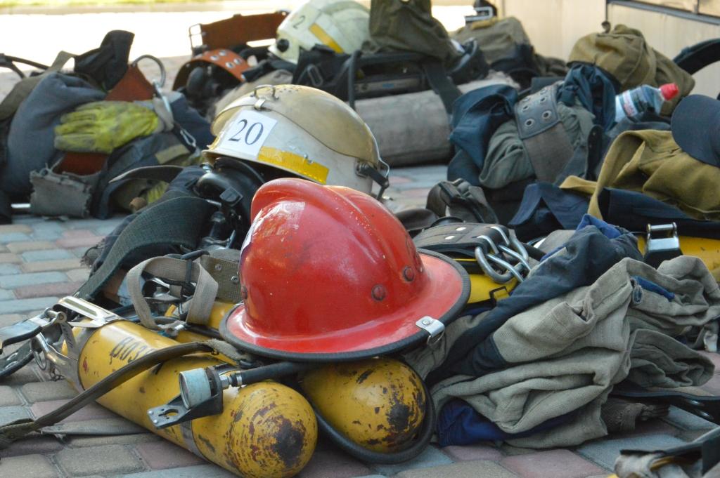 С таким грузом спасатели поднимались на 26-й этаж