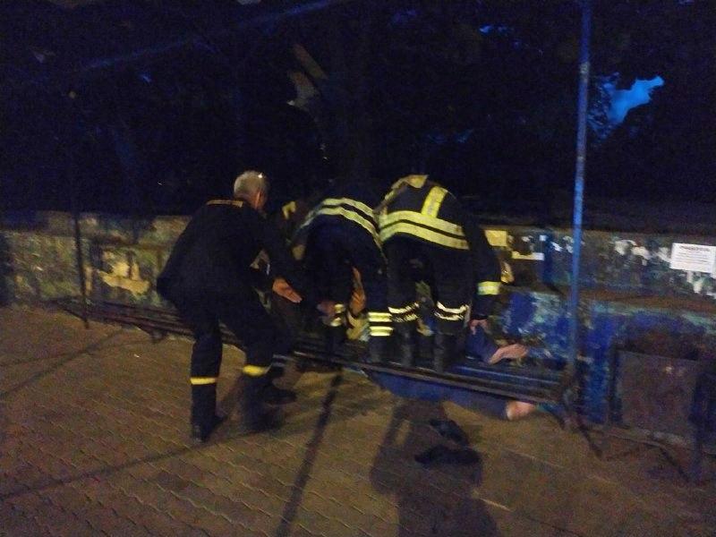 В Никополе спасатели помогли мужчине, который застрял на остановке под лавочкой