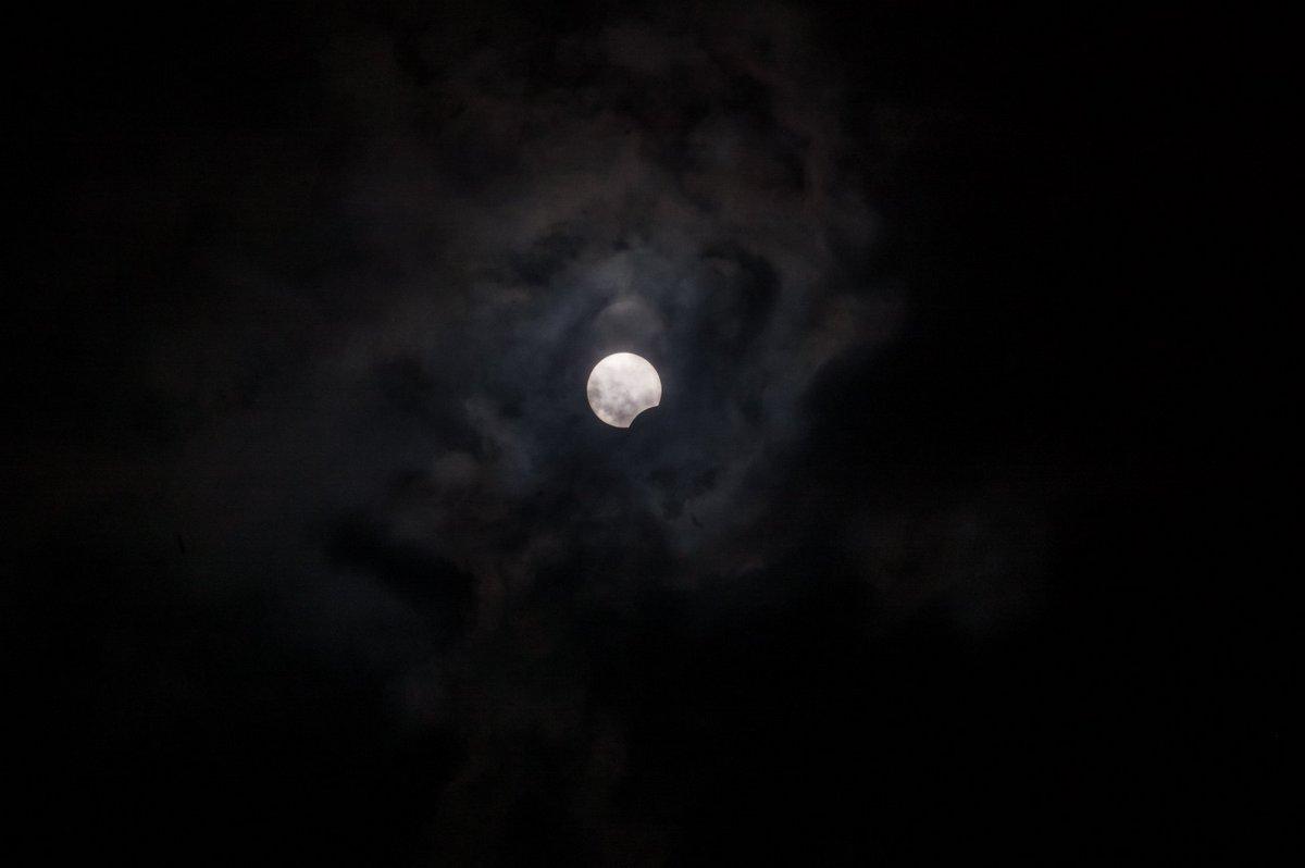 Солнечное затмение через серо-черные фильтры камеры