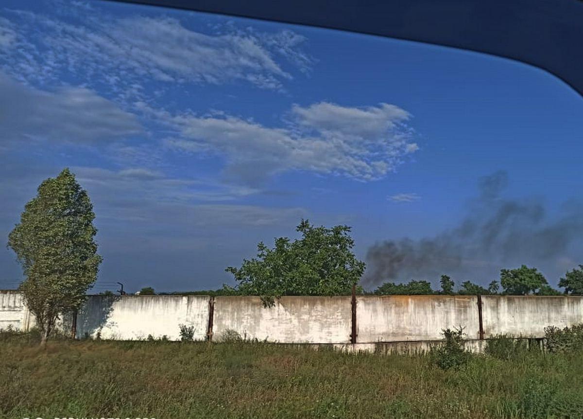 Едкий дым стелется над поселком