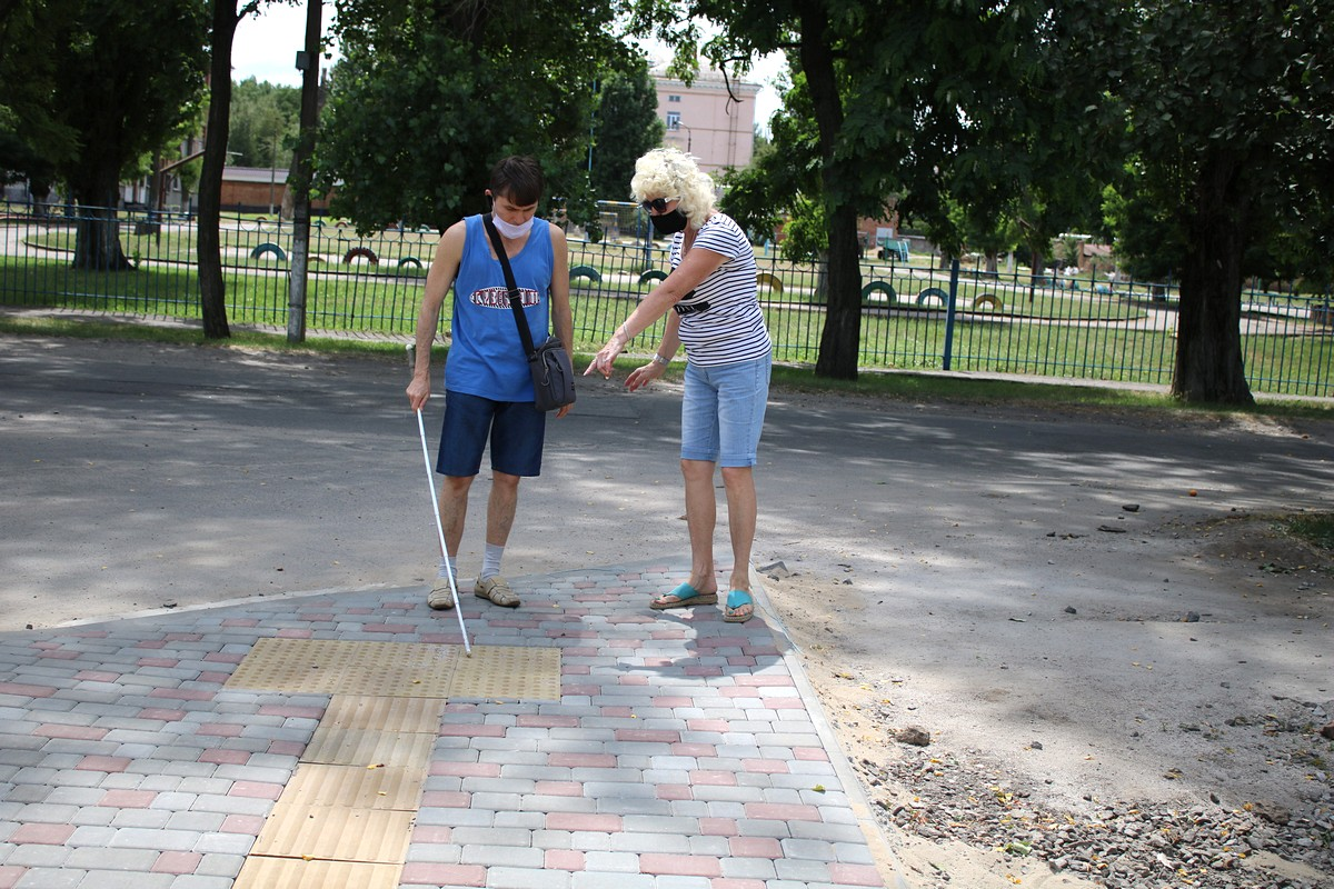 Сашу Мойсака на улице сопровождает помощница