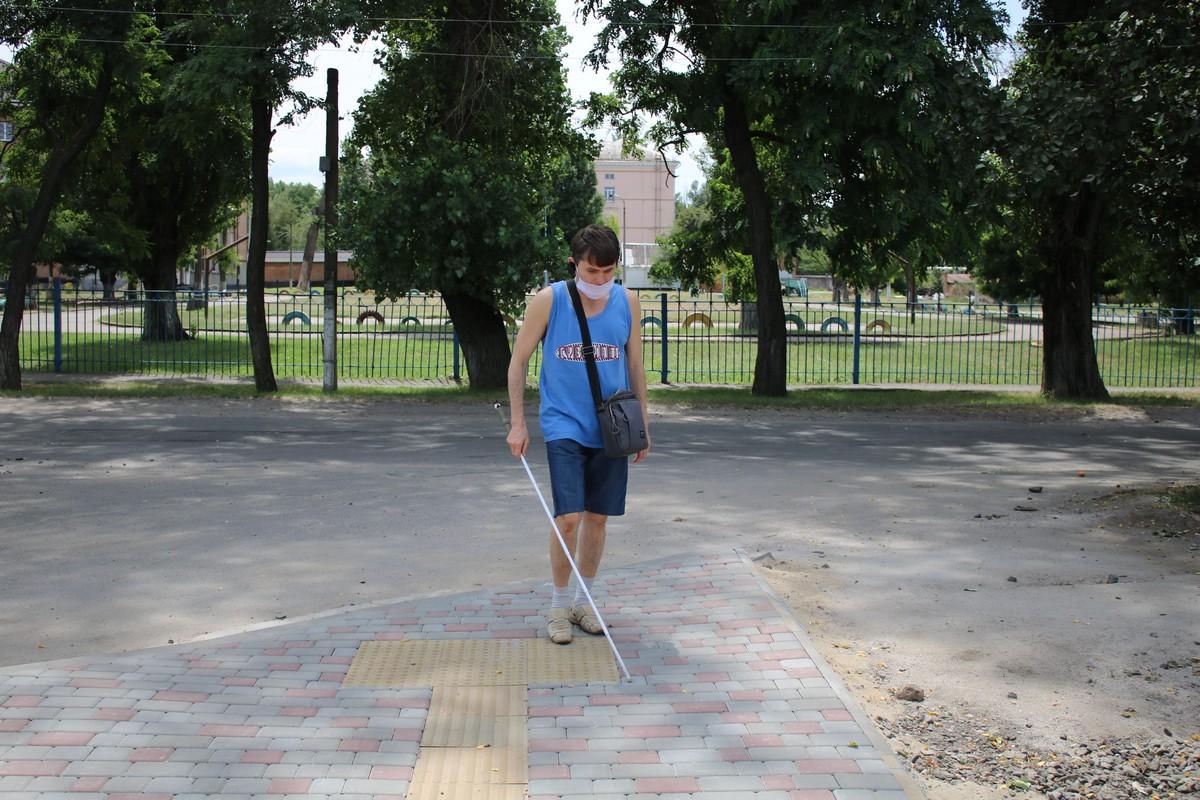Проверяем новый тротуар с тактильной плиткой