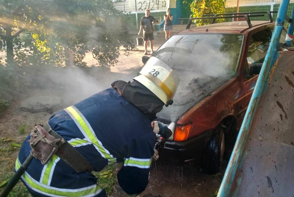 В Никополе на улице Первомайская загорелся автомобиль Ford Fiesta