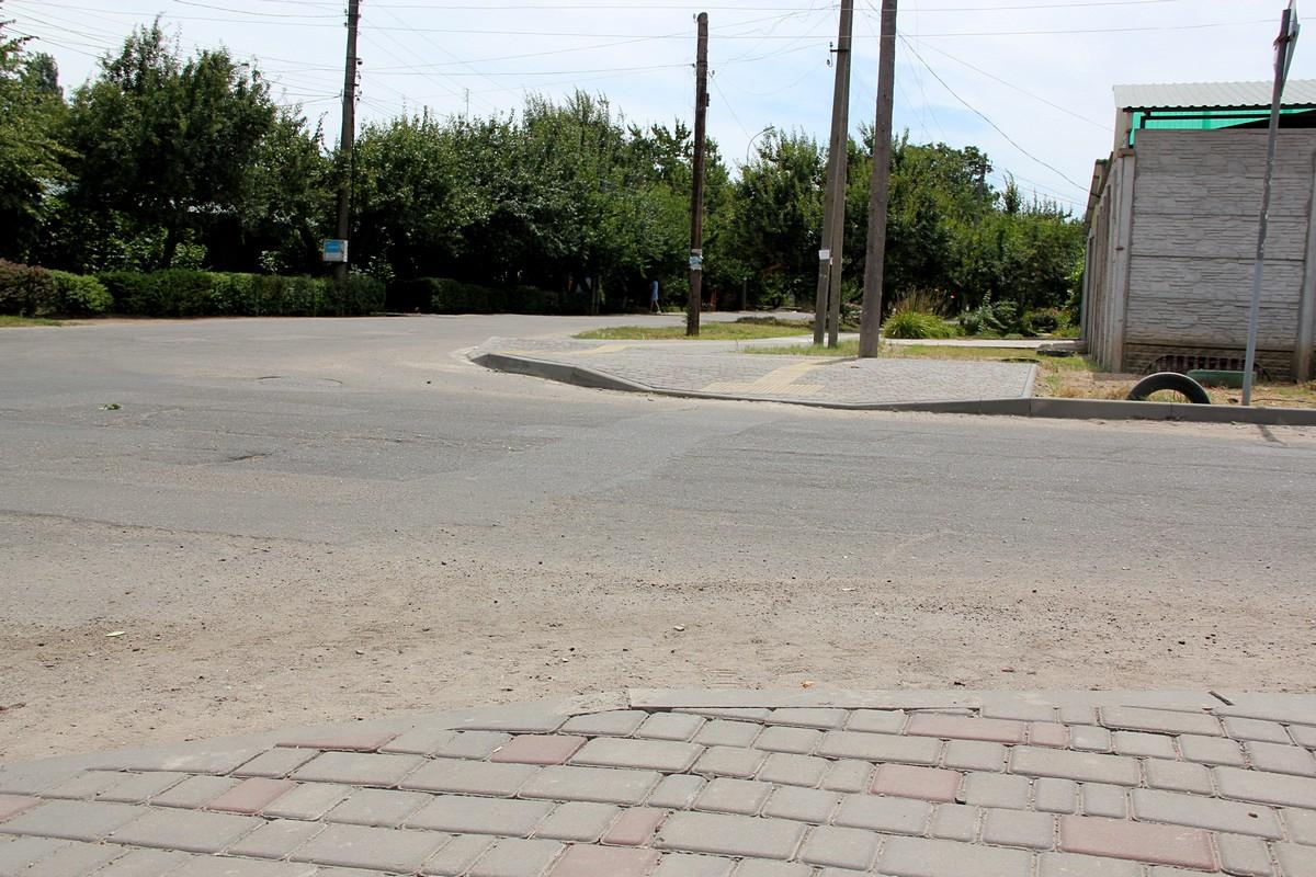 Проезжая часть между тактильным тротуаром
