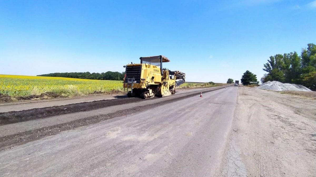 Під Нікополем ремонтують дорогу
