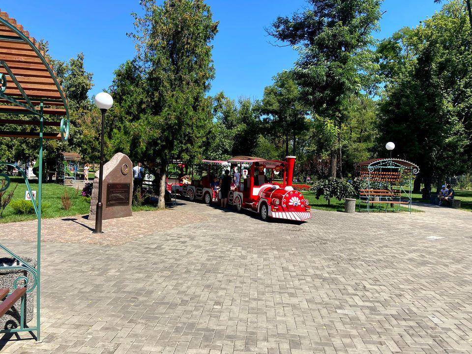 Як виглядає центральний парк Покрова фото