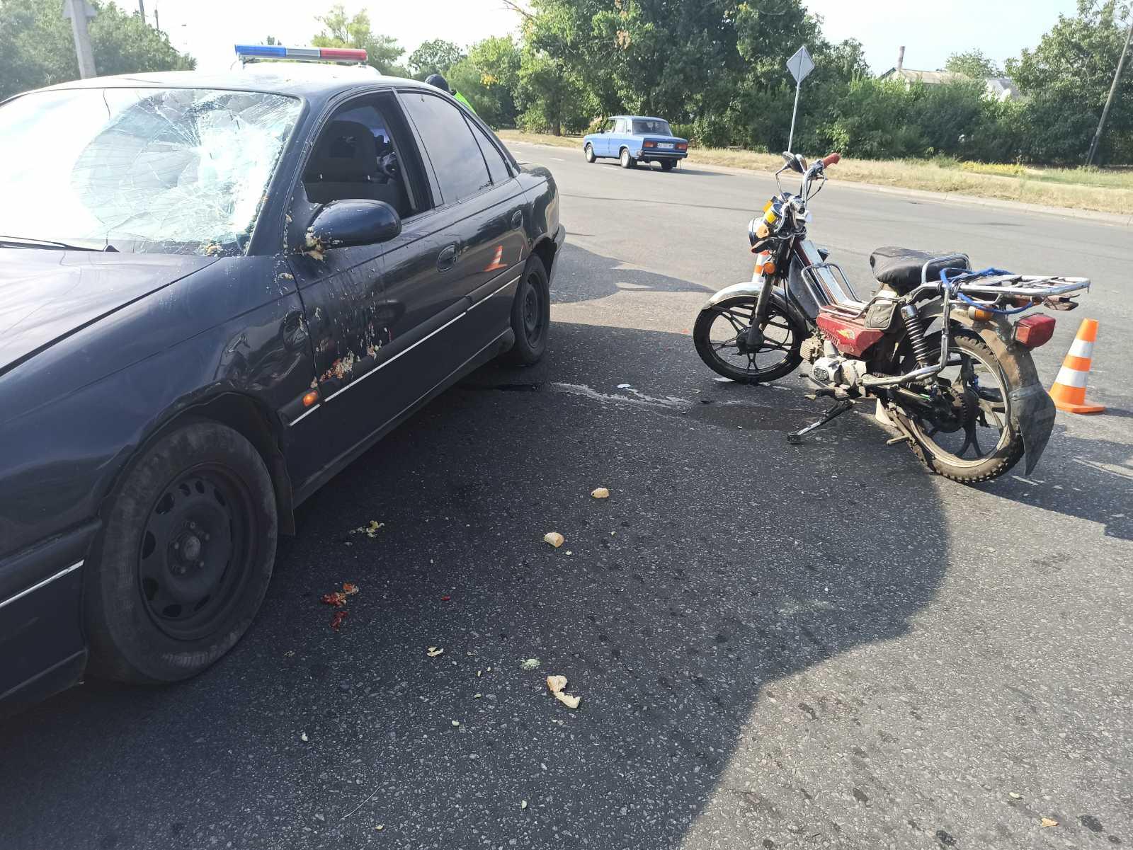 В Никополе на улице Херсонской автомобиль Opel сбил мопед