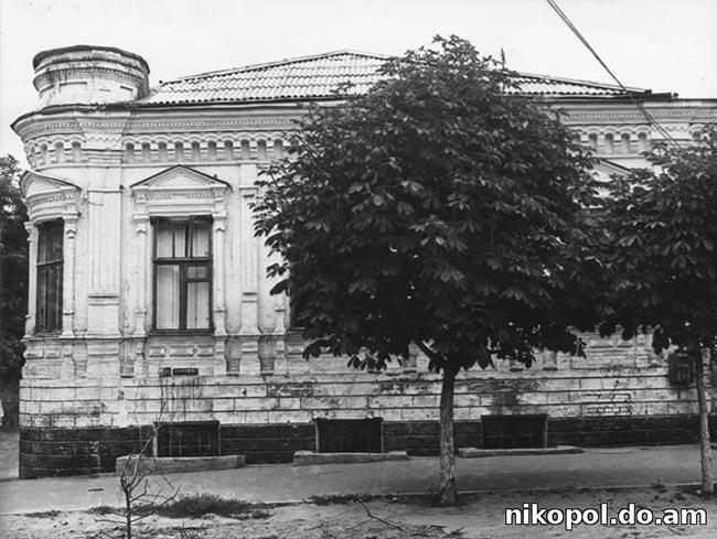 В начале 80-х в здании размещалось 11-е отделение связи