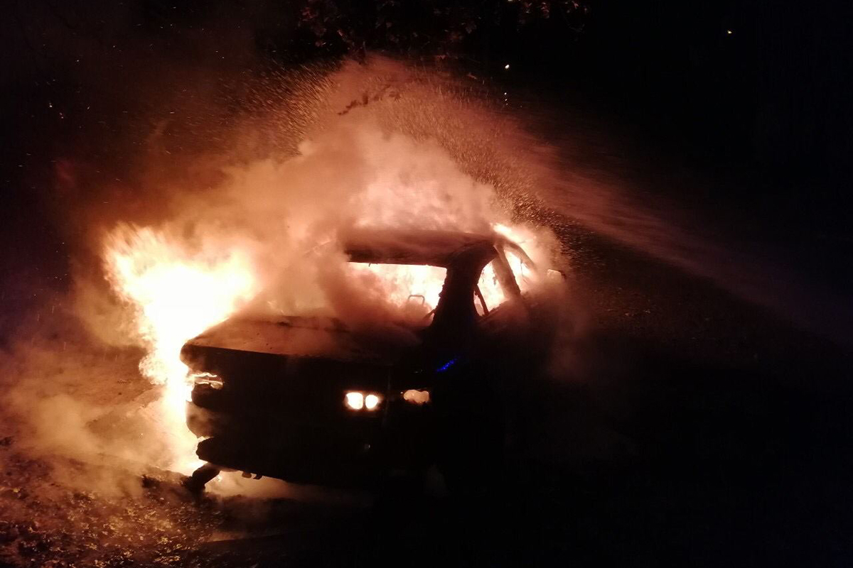 В Никополе ночью горели два автомобиля