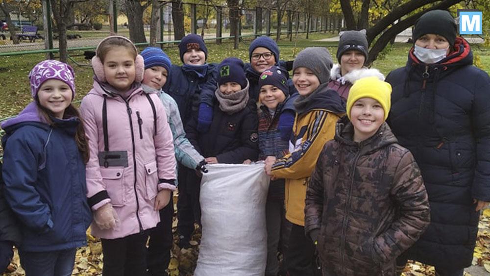 Школьники из Энергодара собирают опавшие листья