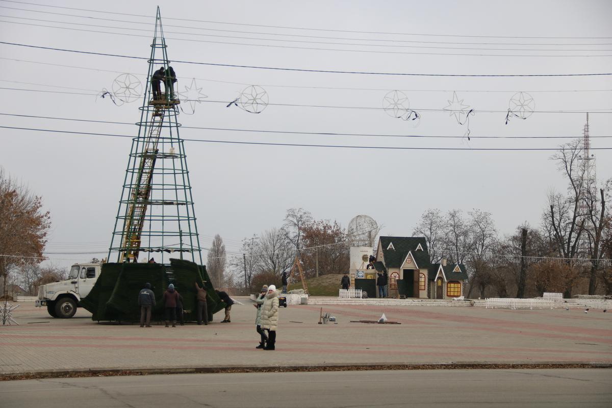 В Никополе устанавливают новогоднюю елку