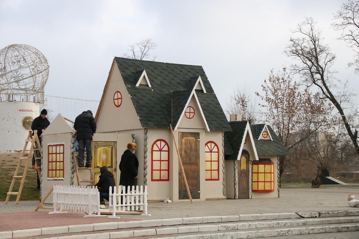 Установка сказочного дома Деда Мороза