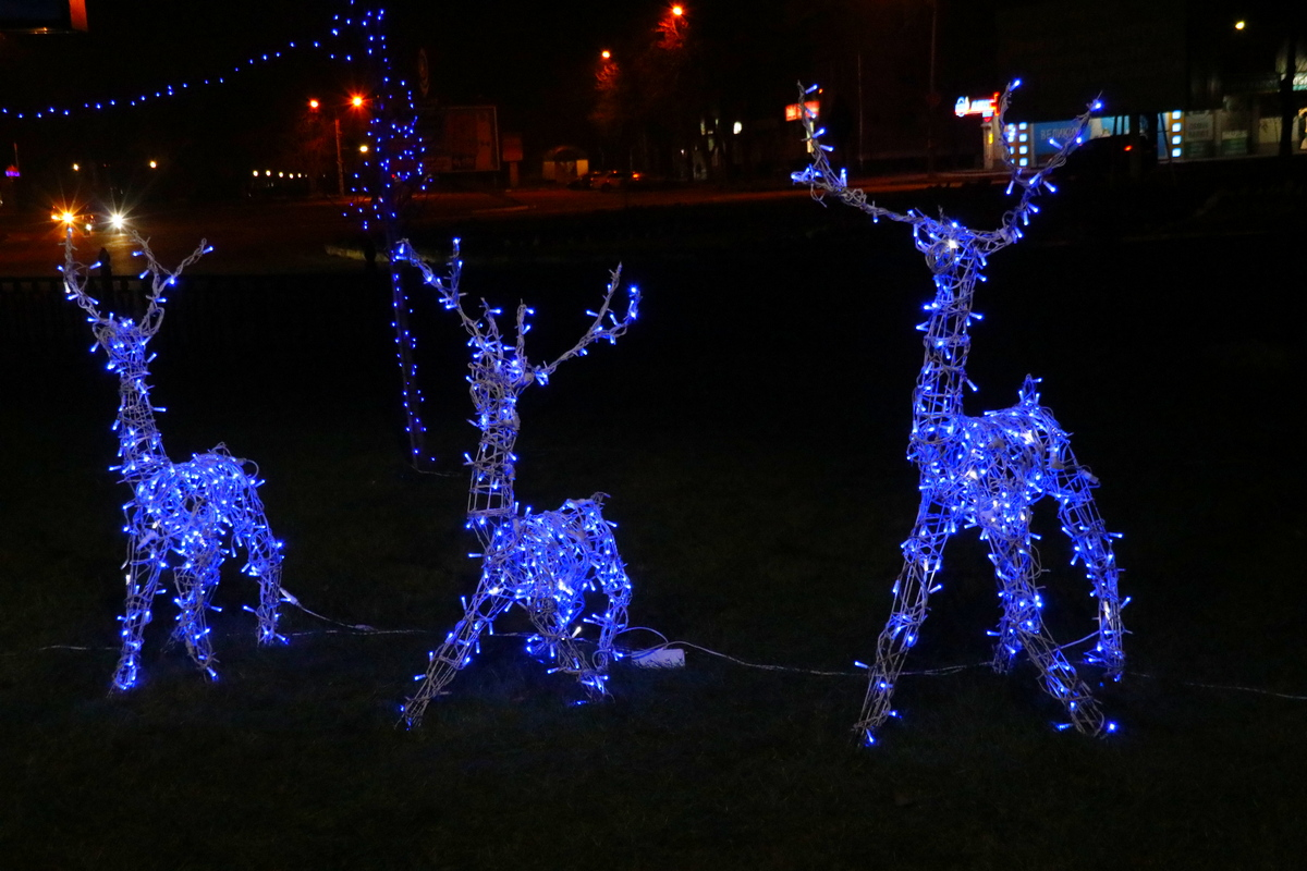 Новогодними оленями и снеговиками дополнили в Никополе аллею по проспекту Трубников , фото-13