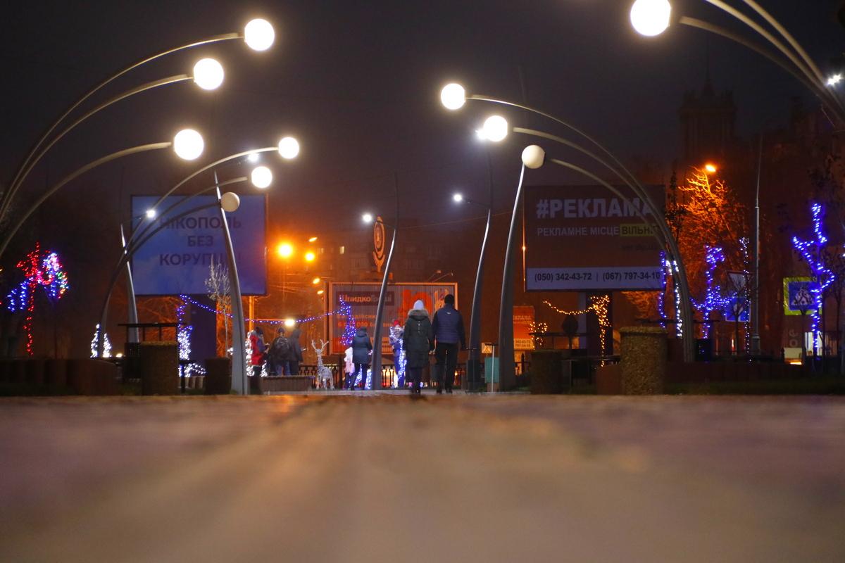 Новогодними оленями и снеговиками дополнили в Никополе аллею по проспекту Трубников , фото-11