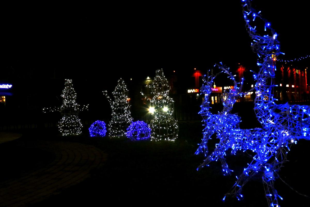 Новогодними оленями и снеговиками дополнили в Никополе аллею по проспекту Трубников , фото-10