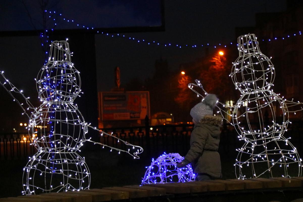 Новогодними оленями и снеговиками дополнили в Никополе аллею по проспекту Трубников , фото-7
